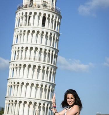 Sujetando-Torre-de-Pisa1-374x560