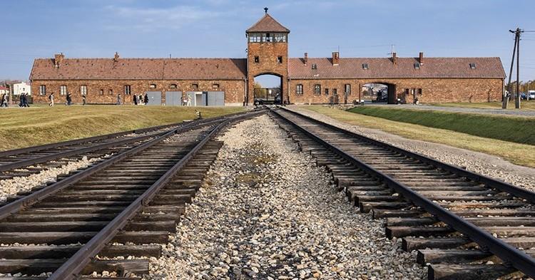 iStock_Auschwitz-750x393