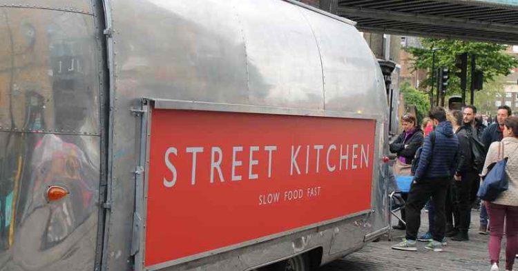 scopri il caratteristico mercato di Camden Town