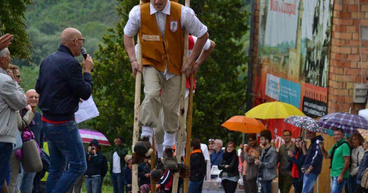 Lo spettacolo dei trampoli ad Urbino, il Palio dei Trampoli dal 16 al 18 Giugno