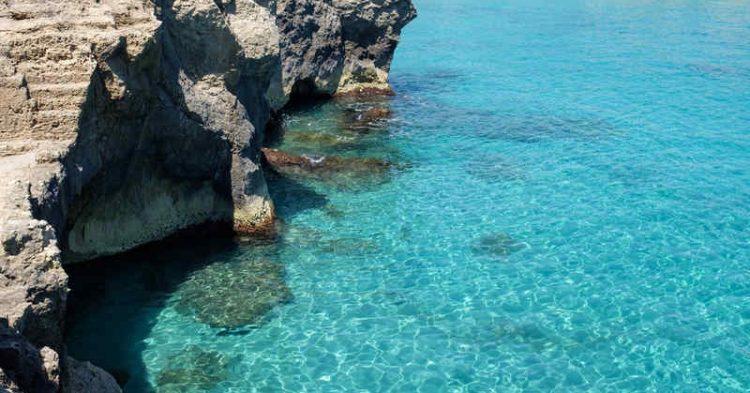 Grotta della Poesia, la magnifica piscina naturale affollata dai turisti