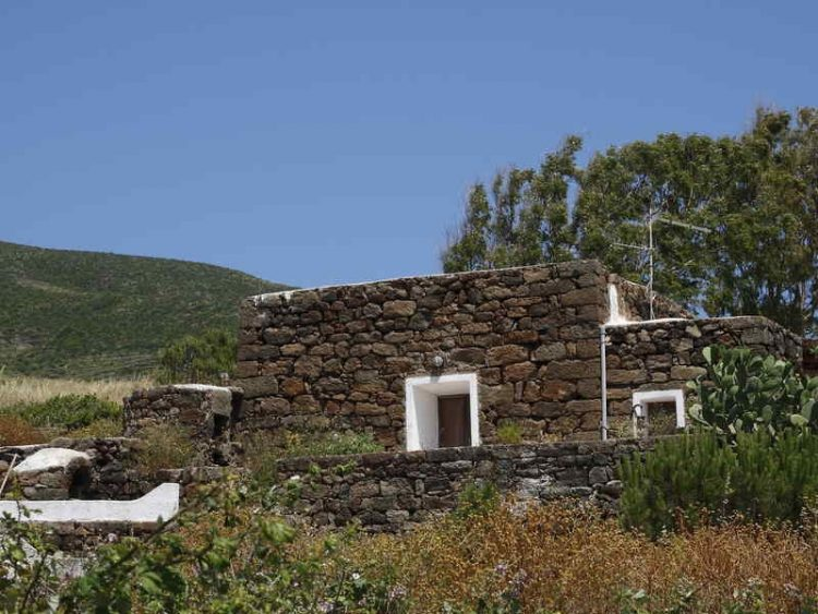 Pantelleria, un'isola magica tra Sicilia e Tunisia