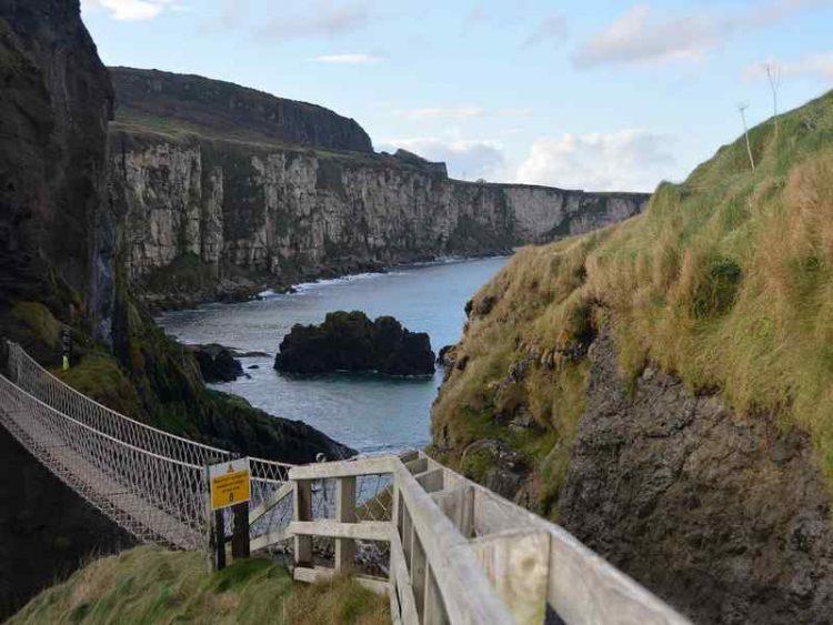 Ponte sospeso sull'oceano, l'esperienza adrenalinica da provare in Irlanda