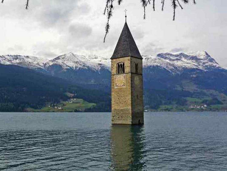 Val Venosta, il campanile sommerso nel lago di Resia